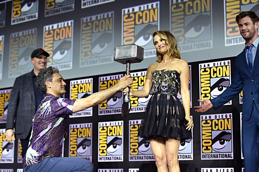 Natalie Portman levantando el martillo de Thor.