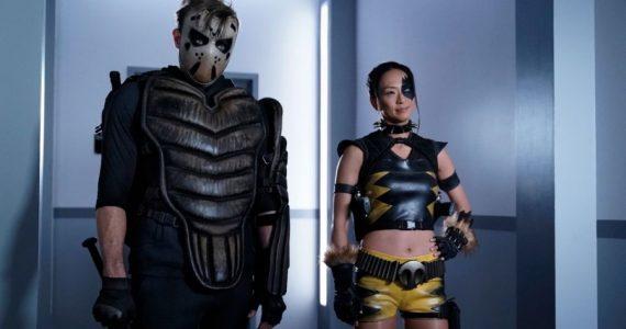 Sportsmaster y Tigress llegan en nuevas imágenes de Stargirl