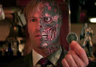 ¿Por qué Two-Face tuvo un origen diferente en The Dark Knight ?