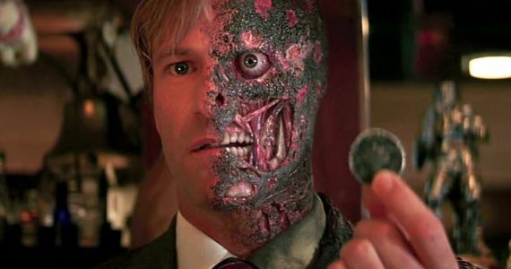 ¿Por qué Two-Face tuvo un origen diferente en The Dark Knight ?