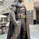 DC y la ciudad de Burbank develan una estatua colosal de Batman