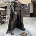 DC y la ciudad de Burbank develan una estatua colosal de Batman