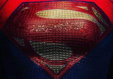 The Flash: Andy Muschietti devela el logotipo que usará Supergirl